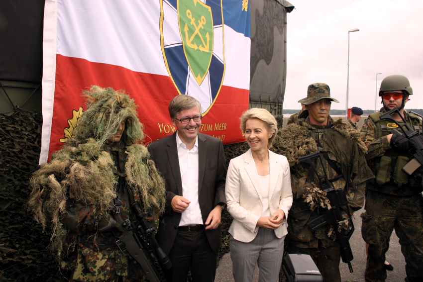76669fae89 Bei der Marine in Eckernförde. Hans-Peter Bartels und  Bundesverteidigungsministerin Ursula von der Leyen zusammen mit Soldaten der  Aufklärungskompanie des